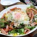 料理メニュー写真魚肉ソーセージと温たまのシーザーサラダ