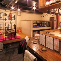 厨房をのぞけるカウンターは、スタッフとの会話も楽しめる空間♪。友達や、カップルでも楽しめます!全席禁煙席です。