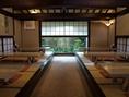 広い店内の中で、窓から見える竹林の風景を眺めながら食事を楽しめる。
