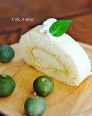 季節のケーキとドリンクセット(写真は夏季限定 シークヮーサー・ロール)