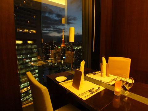 24階の大きな窓から見える東京タワーや色彩豊かな浜離宮等々、極上な眺めがご堪能いただけます。大切な記念日やデートにご利用ください。