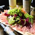 料理メニュー写真12ヶ月熟成大盛り生ハムのオッディオサラダ