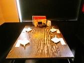 お店の総席数22席。木のぬくもりを感じるテーブル。