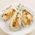料理メニュー写真殻付き牡蠣グラタン