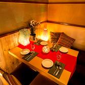 情緒漂う雰囲気の個室空間は木の温もりに囲まれた落ち着いた雰囲気の個室空間。新宿駅近くの繁華街にひっそりと佇む隠れ処風の肉料理専門店の個室空間♪新宿での接待や合コン、女子会など様々なシーンに対応可能な寛ぎの個室空間となっております♪