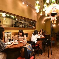 キッチンから近い壁沿いのハイテーブル♪餃子の焼ける音や匂いが漂ってきます!シズル感も感じながら、バルな雰囲気を感じて頂けます。お気軽にご利用ください!外国人のお客様にも大人気!まるで映画の1シーンのようです。