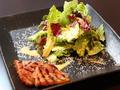 料理メニュー写真ベーコングリルがのったシーザーサラダ
