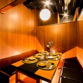新宿駅からすぐ近くの隠れ処風のひっそり佇む個室居酒屋。洗練された大人の為のプライベート個室空間は2名様~最大8名様までご案内可能となっております。間接照明にほんのり照らされた落ち着いた雰囲気の個室空間は、新宿での接待や歓迎会、女子会や合コンなど様々なシーンに対応した個室空間となっております♪