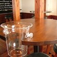 各テーブルにはワインクーラー専用置き場が!是非当店が厳選したワインをご堪能下さい♪