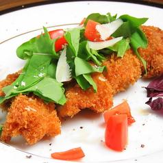 料理メニュー写真若鶏のカツレツ・コン・ルッコラ