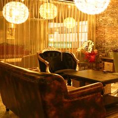 3辺が壁に囲まれたプライベート感のあるテーブル席。片側がソファ席となっておりますので、ごゆっくりとお過ごしいただけます。様々な飲み会や宴会に気軽に使っていただきやすいお席。【難波 個室 完全個室 ステーキ チーズタッカルビ チーズフォンデュ 肉バル 居酒屋 飲み放題 食べ放題 】