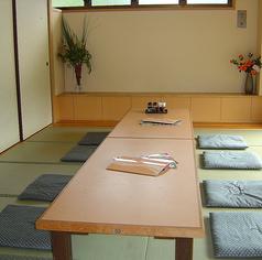 和室宴会場では45名まで収容可能です。少人数でのお食事や大人数でのお食事など、あらゆるシーンでご利用可能です。ランチタイムにお友達とご来店されたりご家族様でのディナーなど、日本料理をお楽しみください。