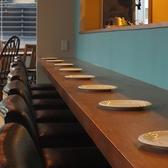 オープンキッチンなのでカウンター席は臨場感を楽しめる特等席◎おひとりでも安心♪デートにもぴったりなカウンター席は10席ございます。友人とのお食事にも、仕事帰りの一杯にもおすすめ☆お肉や前菜、チーズと、こだわりのイタリア産ワインなど、温かい雰囲気の木造カウンターで気兼ねなくお食事をお楽しみいただけます