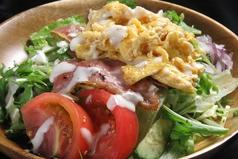 スクランブルエッグとベーコンのサラダ