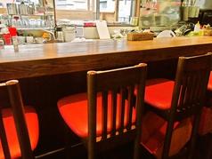 オープンキッチンでスタッフとの会話が楽しめるカウンター席です
