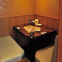 2名様向けのお席なので、デートなどにおすすめのお席です。北海道の新鮮な食材で作るお薦めの逸品が満載のコースは大人気!名物ラーメンサラダに生ラム焼肉orチャンチャン焼きor ズワイがに盛りなど!新鮮なお刺身と美味しいお酒をご堪能頂けます。お席はワイワイテーブル席や掘りごたつの半個室、完全個室のテーブル席を!