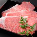 【神戸牛とは】但馬牛のうち未経産牛・去勢牛であり、枝肉格付がA又はBの4-6以上の牛で、かつ枝肉重量が230kg-470kg(雌)、260kg-470kg(去勢)である牛が神戸牛です。但馬牛を素牛としたブランド牛は数多く有りますが、現在は但馬牛以外の素牛を使うことも多くなっており、但馬牛から育て上げる神戸牛は希少な存在です。