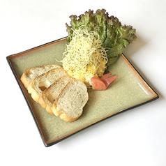 料理メニュー写真自家製ポテトサラダ バケットを添えて