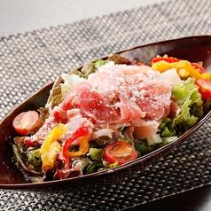 料理メニュー写真生ハムと有機野菜の彩りサラダ~選べる3種のドレッシング~
