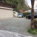 お店を挟んで上と下に駐車場がございます。