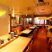 【デート向きの席】店内中央には2名様がけのテーブル席が9卓並んでいます。片側のみソファ席になっているので、ゆったりくつろぐことができます。お一人様はもちろんカップルや少人数での食事や飲み会にオススメ!テーブルを繋げることもできるので、シーンに合わせて利用が可能です。