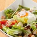 料理メニュー写真半熟卵のシーザーサラダ