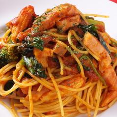 料理メニュー写真ベーコンと野菜のトマトソースパスタ