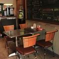 入り口から直ぐのスペースには4名掛けのテーブルが2席ございます賑やかなスペインバルの雰囲気をお楽しみください。