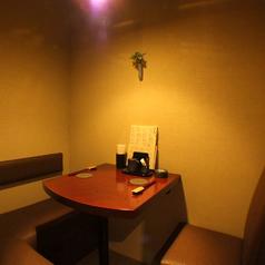 2~3名様用のテーブル個室はデートにぴったり。おいしいお酒とお料理に舌鼓を打ちながら、ゆったり二人の時間を楽しんで。