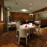 テーブル席は広々使って、美味しい北京料理を堪能してください。