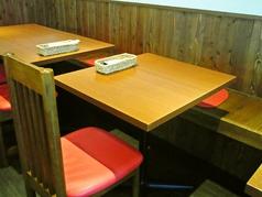片側がベンチシートになった2名掛けのテーブル席です