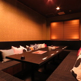 落ち着いた雰囲気の和個室。細長いテーブルを囲む広々とした個室で、部屋全体を見渡せます。幹事様や主賓のあいさつをするスペースもあり、歓送迎会など会社宴会に最適です。