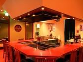 おひとり様でもお食事ができるカウンター席。中央部には炉端があり、炭焼きを堪能できる。