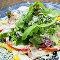 料理メニュー写真グリルベーコンとスモークサーモンのシーザーサラダ