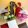 お誕生日などの記念日に、花束ご用意の代行承ります。オリジナルラベルのボトルプレゼントやメッセージ入りデザートプレートなどサプライズのご演出協力致します。ご宴会コースのご予約が必要となりますので、詳しくはスタッフまでご確認ください。