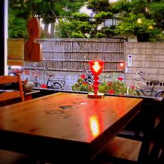 瑞々しい空気を感じる開放感が堪らないこちらの席は女性のお客様にも大好評!鎌倉の街並みや通り過ぎる人を眺めながら過ごす時間は鎌倉ならでは…♪