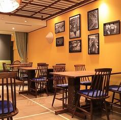 ゆったりご利用いただけるテーブル席。モダンな椅子が異国情緒溢れるベトナム感を演出してくれています。