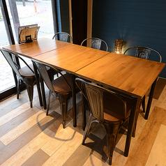 6名様掛けのテーブルを1卓ご用意しております。可動式のお席の為レイアウト自由自在♪