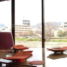 鴨川を挟んで祇園の景色がワイドビューに眺められる大きな窓際の席♪