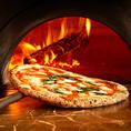 【Recipe3】本場ナポリの窯職人が造った窯を使い、約450度で一気に焼き上げる。薪によって程よい香りが付く。
