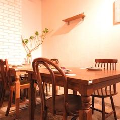 おしゃれなテーブル席はデートや女子会にもぴったり♪ふらっと立ち寄れる使い勝手の良さが魅力◎