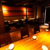 【テーブル個室】最大30名様収容、照明の光はダウンスポットライトでシンプルで落ち着いた感じのお部屋です。