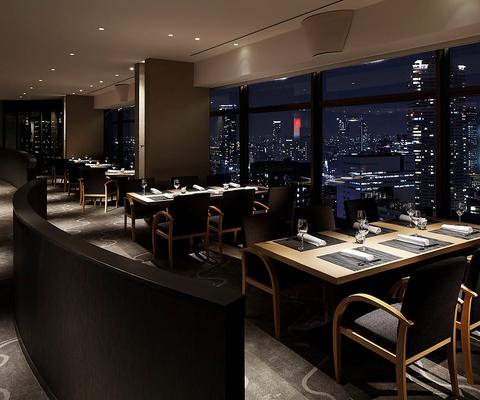ホテル最上階、大阪市街を一望しながら頂く四季折々の日本料理