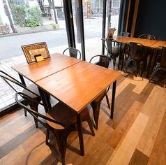 4名様掛けのテーブルを3卓ご用意しております。可動式のお席の為レイアウト自由自在♪