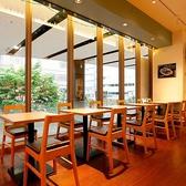 店内奥中央には2名様がけテーブル席が5卓あります。開放感ある店内で、友達とのティータイムやお一人様でゆったりくつろぐなど、思い思いの時間をお過ごしいただけます。テーブルを繋げれば10名様の宴会にも対応可能です。お気軽にご相談ください!