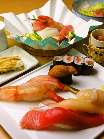 毎日仕入れる魚の鮮度は抜群。ネタの大きさには驚愕!贅を尽くした寿司を気軽に食す。