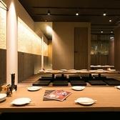 大きな鏡があるお洒落な空間!オススメです!!二列テーブルで20名様から40名様の宴会も可能!もちろん少人数も可能です!