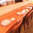 カウンター席は職人が目の前で調理するLIVE感満載のオープンキッチンを一望できる人気席