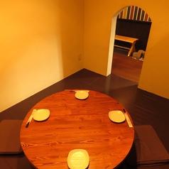 円卓テーブルの個室は、仕切りをつけて半個室としてお使い頂けます。入口を小さく作っているので、隠れ家のような雰囲気でゆっくりおくつろぎ頂けます。