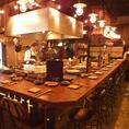 オープンキッチンの臨場感あるカウンター席。デートやお一人様にもぴったりの雰囲気です。